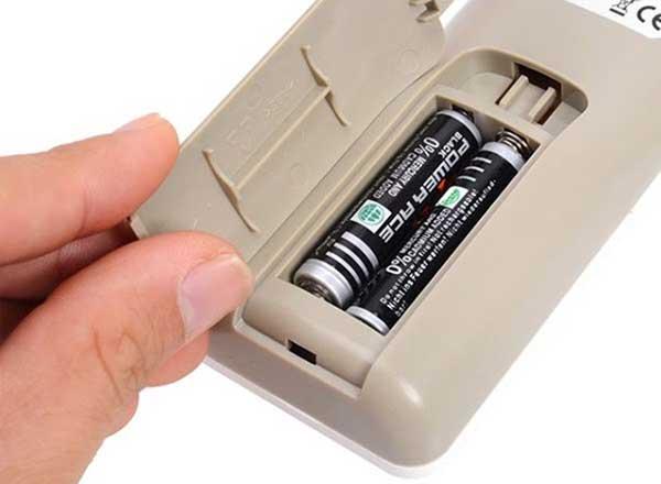Sửa lỗi điều khiển điều hòaPanasonic bằng cách thay pin mới