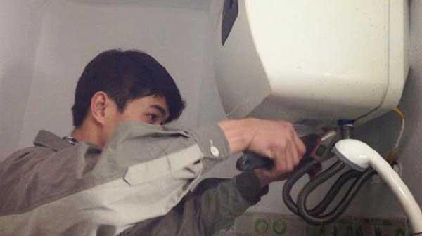Hướng dẫn cách sửa chữa bình nóng lạnh Ariston bị rò nước