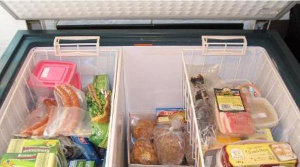 Tủ đông không chạy do chứa quá nhiều thực phẩm bên trong